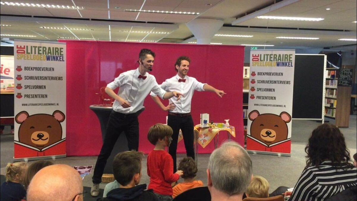 Mark en Nick maken jongeren enthousiast over literatuur tijdens de literaire bingoshow
